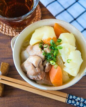 ジューシーでプリッとした鶏もも肉と、ホクホクのじゃがいもがよく合う一品。白だしとバターというシンプルな味付けで、加熱はレンジにお任せ!手軽にメインメニューが作れるのは嬉しいですね。