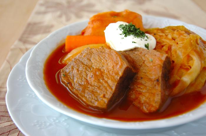 ビーツを使った、綺麗な赤色が特徴のボルシチ。大きな塊肉は迫力がありますね。牛肉の煮汁で野菜をトロトロになるまで煮込んだら出来上がり!仕上げにサワークリームをのせると、本場ウクライナの味が再現できます♪