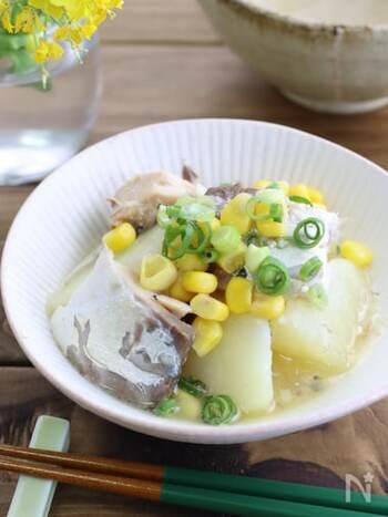 味噌バターコーンは間違いなく美味しい◎鯖の水煮缶を使い、手軽に作れる煮物です。バターは仕上げに加えて、香りやとろける食感をお楽しみください!