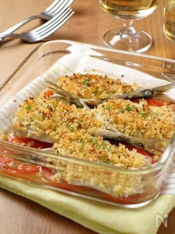 相性のいいいわしとトマトの組み合わせに、パン粉や粉チーズをかけてこんがり焼きます。このレシピではオーブントースターを使っていますが、もちろんオーブンでもできます。