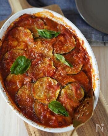 ソテーしたズッキーニとトマトソース、モッツァレラチーズを重ねて焼くだけ。ボリュームもたっぷりのごちそうオーブン料理が簡単にできあがります。トーストしたバゲットを添えてソースを絡めていただきましょう。