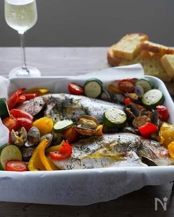 魚介のうまみと野菜のおいしさがたっぷり楽しめるアクアパッツァをオーブンで。手頃な切り身を使えば、よりリーズナブル。カラフルな野菜を使って彩りも美しく、おもてなしにもぴったりです。