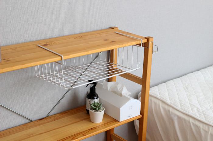 こちらのワイヤーラックは、写真のように棚にワイヤーラックを差し込むだけで、デッドスペースを有効活用して収納を増やすことができる優れもの。シンプルな形なので、インテリアの邪魔をせず積み重ねできるのもポイントです。
