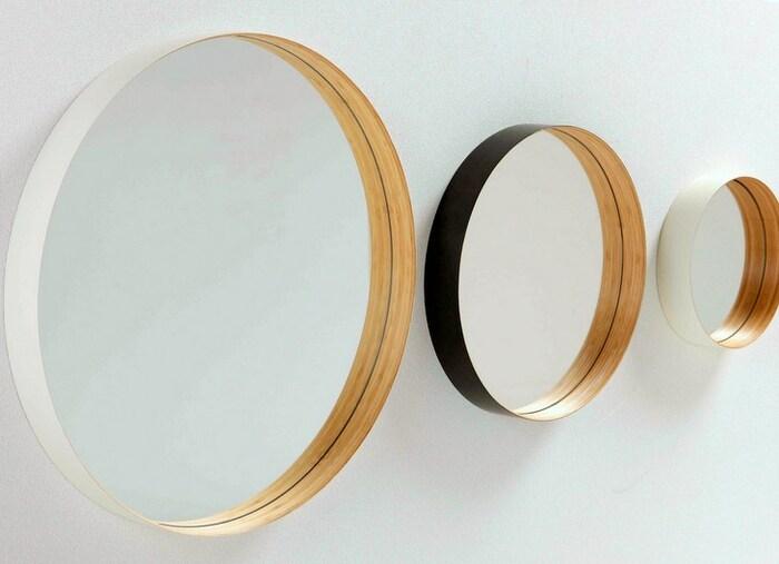 竹の曲げ特性を生かして作られた、洗練されたデザインの壁掛けミラー。斜めからミラー見ると立体の縁が鏡に写り、筒が浮いているような不思議な錯覚に。インテリアとしても美しく、作品のような鏡です。