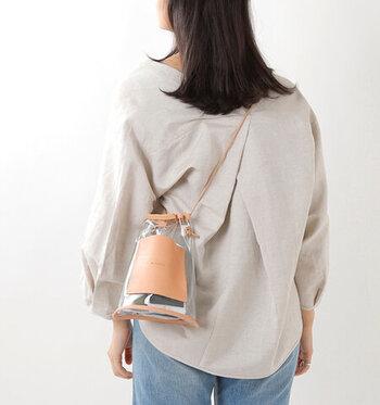 クリアバッグのトレンドはバケツ型。レザーなど異素材をミックスたメリハリのあるデザインが人気です。ストラップが調節可能なら、ショルダーや肩掛けなどアレンジが効いてコーディネートの幅も広がります。