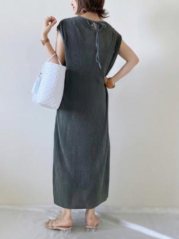 淑女のような気品をもたらす、深みのあるグリーンのワンピースが主役。わずかな渋みを払うようにクリーンな白のバッグを添えると、夏に好まれる清涼感も手に入ります。