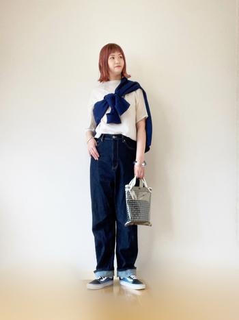 Tシャツ×ジーンズに、カーディガンをたすき掛けしてこなれ感をプラス。涼しげなシルバーのバングルとバッグの相乗効果が、シーズンムードを高めます。
