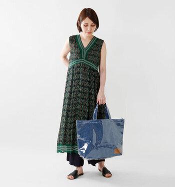 ボヘミアンな雰囲気漂うワンピースに、デニム×ビニールの異素材ミックスバッグ添えたハイセンスな着こなし。ワンピースとバッグのトーンを統一すれば、テイストの異なるアイテムも意外とすんなりなじみます。