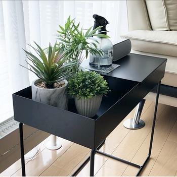 観葉植物を飾ると、部屋の雰囲気をナチュラルにしてくれますよね。ほかにも、リラックス効果や空気清浄効果などがあるので、癒やし系のディスプレイとしても人気です。 アロエやワイヤープランツといった日光が好きな植物は、サイドテーブルやスツールに乗せて、窓辺に飾ってみて。陽の光を感じられて、自分も元気になれそう!