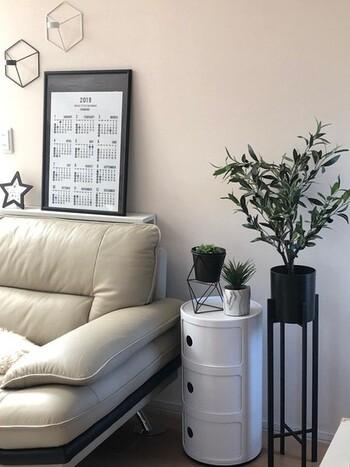 リビングの壁沿いやソファ横などにグリーンを飾りたいなら、ベゴニアやポトスなど、日陰に強い植物を選びましょう。 植物によって、好きな環境・苦手な環境があるので、事前に調べておくと失敗せずに済みます。 また背の高い植物をひとつリビングに飾ると、空間にアクセントが生まれますよ。小さめの植物でも、ディスプレイに工夫をして高さを出すことができるので、好みに合わせて選んでみてくださいね。