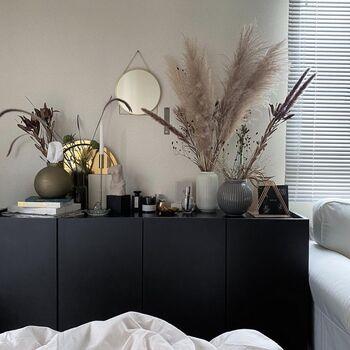 自分の気に入ったアイテムをひとつ飾るだけでも、部屋の雰囲気を変えることができます。また、自分が本当に飾りたいものを選ぶ時間を、じっくり楽しんでみるのもいいかもしれません。 自宅のディスプレイスペースを整えて、あなたが心から素敵だなと思えるものを飾ってみてくださいね。