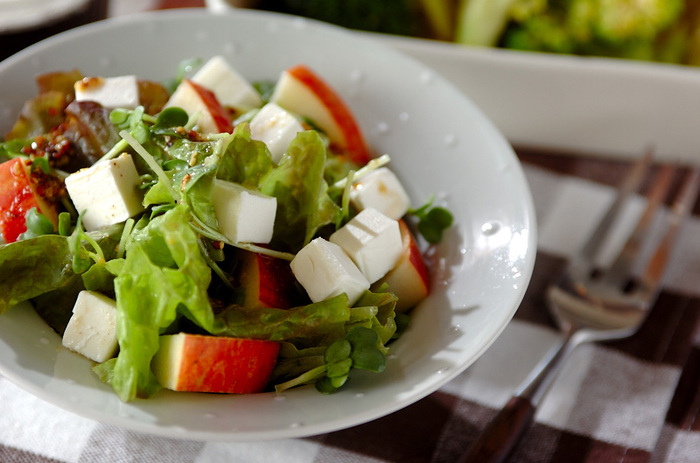 シャキシャキとした食感がおいしいリンゴにまろやかなクリームチーズで作るフルーティーなサラダに、酸味の効いたドレッシングを。ワインのおつまみの他、付け合せのサラダにも良さそう。
