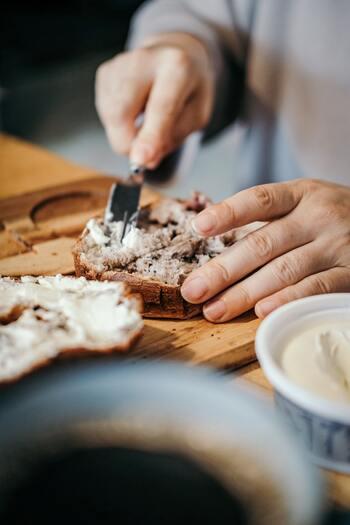 クリームチーズの良いところは、薄めの輪切りにカットしたバケット、カンパーニュなどにそのままのせるだけで、おいしくいただけること。バタール、ブール、クッペなど色々なシンプルなフランスパンで食べ比べもおいしい発見につながりそう。