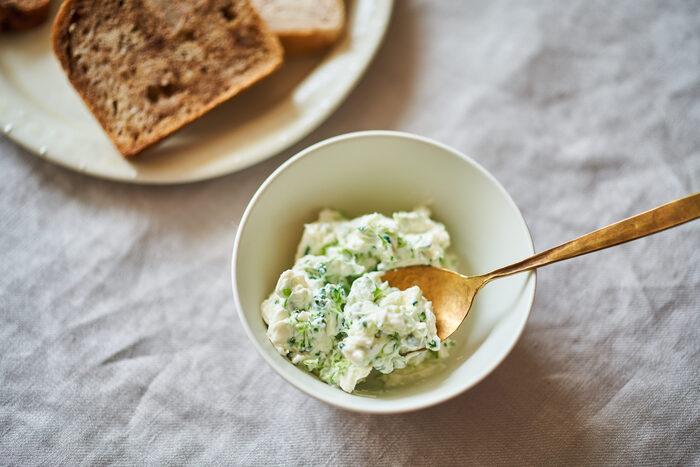 茹でて細かく刻んだブロッコリーとクリームチーズ、豆乳で混ぜたディップ。手早く作れてグリーンの見た目もさわやか。おつまみの他、暑い季節の朝ごはんにパンにたっぷりつけていがかでしょうか。