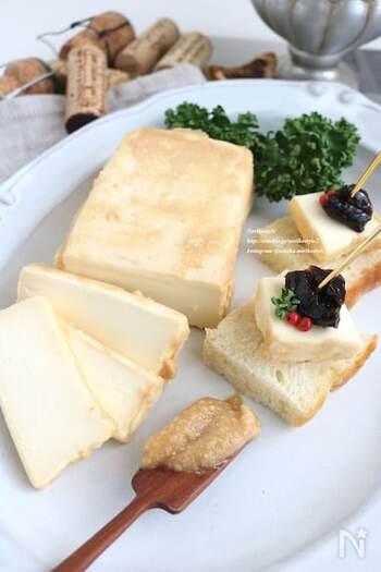 一晩から一日漬けるだけの簡単なみそ漬け。クリームチーズの他に、クセのないモッツァレラチーズやプロセスチーズなどでもおいしく作れます。つくりおきができて便利ですが、漬けるほど塩気が強くなり、水分も出やすいので、なるべく早めに食べ切るのがおすすめです。