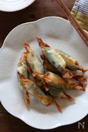 クリームチーズ、叩いてペースト状にした梅肉、大葉を春巻にして揚げた和風おつまみ。時間がないときは梅肉はチューブで代用も可能です。