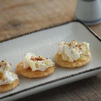 漬物とクリームチーズは相性抜群。こちらはクリームチーズと刻んだたくあんを混ぜて、薄焼き煎餅の上にトッピングした和風おつまみ。辛いものが好きな方は七味をふってもおいしくいただけます。