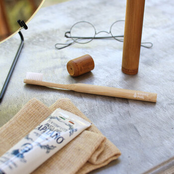 温もりを感じる竹製の歯ブラシ。ナチュラルかつ洗練されたデザインは、洗面所に置いているだけで絵になります。100%土に還る素材で作られており、環境に優しいのもポイント。子供用もあるのでセットにしてプレゼントしても良いですね。  価格:660円