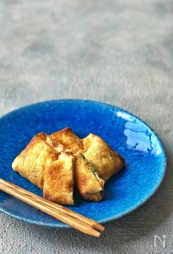 日本酒にピッタリの簡単おつまみ。カリカリに焼いた香ばしい油揚げの中にはクリームチーズと万能ネギが。ちょっと醤油をたらしていただけばよりおいしくなります。