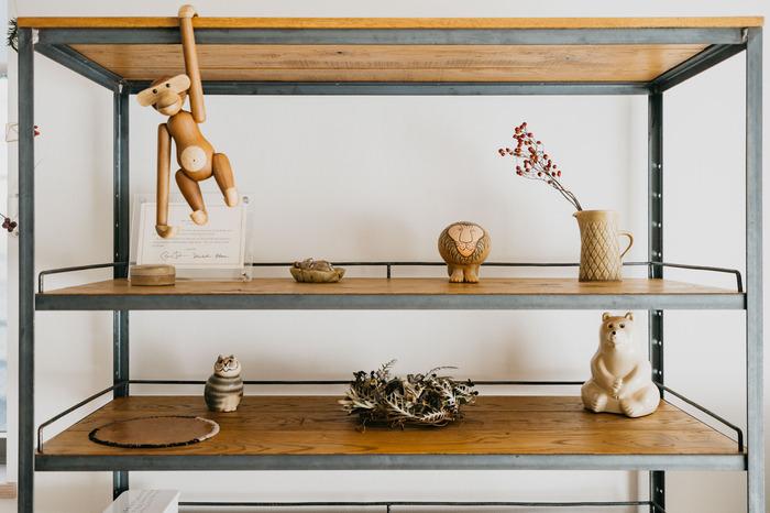 チェストやシェルフなど、ディスプレイスペースを広くとれる場所なら、余白を使ったおしゃれな空間を作れます。好きなテイストのオブジェを並べていくだけで、心が踊りますよね♪ こちらの部屋では、色味を抑えたアイテムで統一感を出しながら、木製や陶器など違う質感のものを飾って、メリハリをつけています。自分の中でテーマを考えて飾ってみてくださいね。