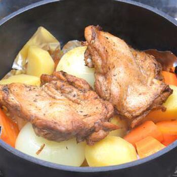 難しいイメージがあるダッチオーブンのチキンレシピですが、スパイスをしっかり使って下味をつけることで、意外なほど簡単に美味しく作ることができます。キャンプ前日に用意しておけば、現地での手間が省け時短で作れますよ。