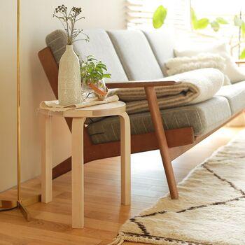 スツールは座るだけでなく、ディスプレイスペースとしても使えます。軽くて持ち運びやすいので、部屋の壁に寄せてグリーンを飾ったり、ソファ横に置いてお気に入りの本やオブジェを飾ったりと、その日の気分でいろいろアレンジできるのもポイントです。