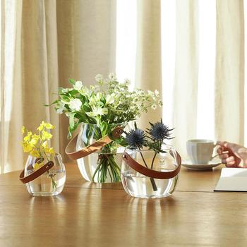透明感のあるガラスのフラワーベースは、光をキラキラと反射してくれるのが魅力的ですよね。透き通るような影まで美しいので、やさしい陽の光を感じられるような、明るい部屋に飾るのがおすすめ。食卓やキッチン周りを華やかに彩ってくれます。