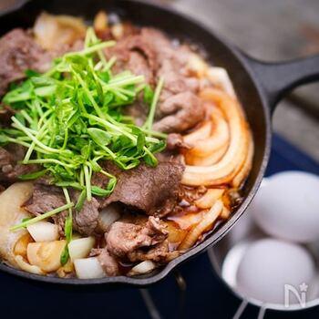 アウトドアでもご馳走レシピを堪能したい方におすすめ!スキレットで作るすき焼は、食べ終わったらうどんを入れて二度楽しめるところがgood。美味しいを独り占めできるのもソロキャンプの特権ですよ。