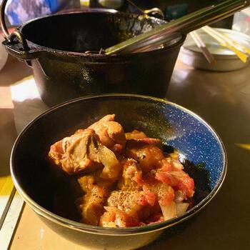 塩コショウにガーリックパウダーで下味をつけ馴染ませたら、焼き目を付け、あとはじっくりコトコト煮込みましょう。お酢を少し入れ、1時間ほど煮込むことで、ホロホロで柔らかいお肉に仕上がります。