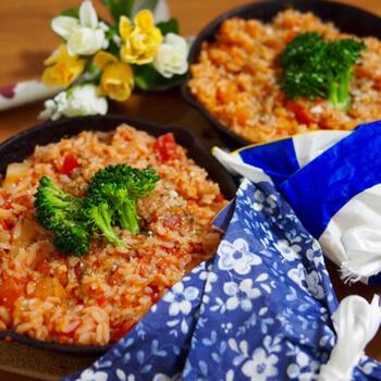 トマトとツナの缶詰を使ったリゾット。生野菜が心配ならドライパセリで仕上げると、香りも良く見た目にもgood。お好みでチーズをかければ、より濃厚な味わいを楽しめます。