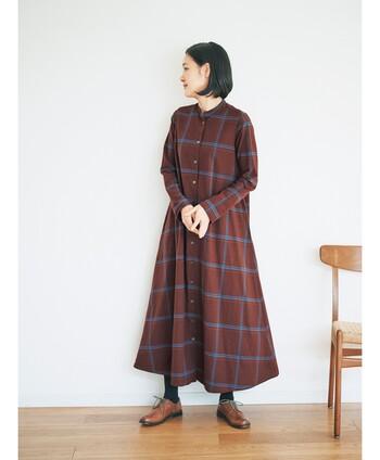 お部屋の中でも秋らしさを楽しむなら、チェック柄ワンピースに注目してみてはいかがでしょうか。「チェックのテントワンピース」は、裾の広がりがキレイなスタンドカラーワンピース。大人の上品さがありつつ、大き目のチェック柄でカジュアルな印象もあります。