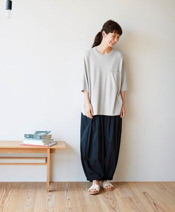 綿・レーヨン素材で肌触りの良い「アラビアンパンツ」。裾のしぼりがあることで、丸くかわいいシルエットを引き立たせてくれます。休日は「らくらく~♪」と着られる服で、のんびり過ごしてみてはいかがでしょうか。