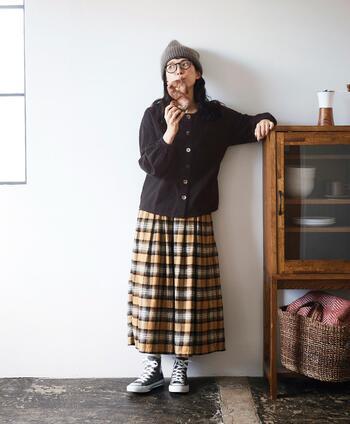 一見スカートに見えるこちらのボトムスですが、ボリュームたっぷりのチェック柄パンツです。ボックスタックを施すことで、ウエスト部分はすっきりとしたデザインになっています。ウエストはゴム仕様なので、おうちでのリラックスモードにもぴったりです*