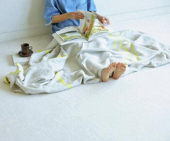 ラプアンカンクリの「ウスヴァ」は、リネン素材のマルチユースタオルです。洗いをかけているので肌馴染みが良く、ブランケットやタオルなどマルチに活躍します。また、リネンは速乾性もあるので、お手入れのしやすさもポイント♪少し肌寒い秋の夜長も、温かく包んでくれそうですね。