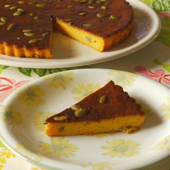 シンプルなバターナッツかぼちゃのケーキのつくり方をマスターしたら、次はチーズケーキにチャレンジしてみましょう。クリームチーズとサワークリームを加えると、濃厚なチーズケーキに仕上がります。一晩置くと濃厚さが増すので、前日つくって翌日差し入れとして利用するのもおすすめです。