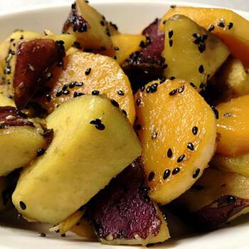 バターナッツが手に入ったときには、ほっこりと美味しい大学芋にアレンジするのもおすすめです。サツマイモとバターナッツかぼちゃ自体に優しい甘みがあるため、味付けが簡単なのも◎。最後にいりごまを振れば、素朴なおやつが完成します。