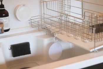 ループ付きなので、S字フックに吊るして収納できるのもいいところ。水切れもよく、いつでも清潔に使えますよ。