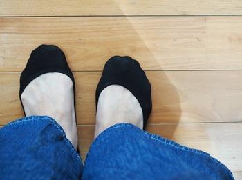 綿混やナイロン素材などがあり、スニーカーやパンプスに合わせるのにぴったりです。レース付きの靴下もあるので、パンプスからチラ見せして、足元のおしゃれを楽しめますよ。