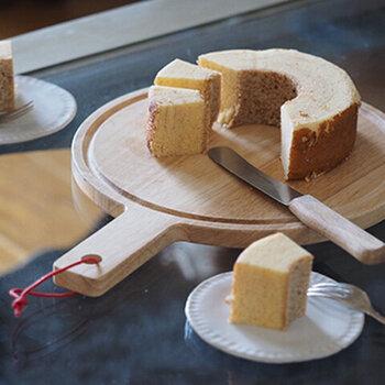 ラウンド型のカッティングボードは、ケーキやピザなどをそのまま乗せられるのが魅力です。裏表でデザインの違うプレートとして使えるので、盛り付けの幅が広がるのが特徴。ラバーウッドに塗装が施されているので、お手入れが簡単なのもうれしいポイントですね♪