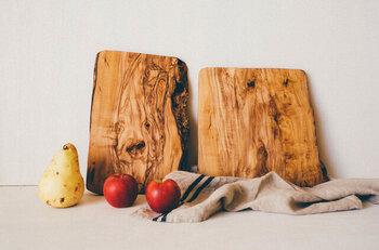 オリーブの木を素材にしたカッティングボードは、自然の形をそのまま採用した味のある無骨さが魅力。木をそのままカットして仕上げているので、ひとつとして同じものはありません。自分だけの一点もののカッティングボードは愛着あふれること間違いなしです。