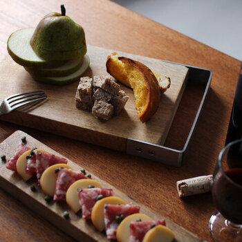 天然木のマンゴーウッドを素材に使用し、使うほどに味が出るカッティングボード。サイドにステンレスのハンドルを付けることで、ナチュラルな中にスタイリッシュさも演出。