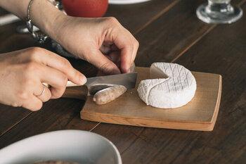 チーズボードというネーミングの通り、チーズを切る時にちょうどいい、サイズが小さめのカッティングボード。木目の美しい山桜を素材に使用し、シンプルながらも洗練された印象に仕上げています。薄く、軽く作られているので、カット後にそのままサーブできる使い勝手が魅力。サイズも大小の2種類から選べるので、用途に合わせて揃えたいですね。