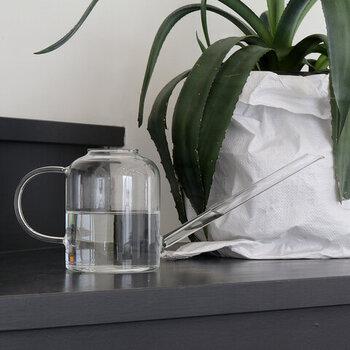 フィンランドのガラス&ホーロー製品メーカー「muurla(ムールラ)」が手掛けた、クリアな素材が美しいウォータリングカンです。ガラス製ではありますが、丈夫で使い勝手もよく、置いておくだけで繊細な印象を与えます。屋外はもちろん、屋内用のじょうろとしても活用できますよ。