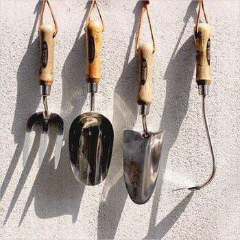 創業250年を誇る、イギリスの老舗ガーデンツールメーカー「SPEAR&JACKSON(スピア&ジャクソン)」。木のハンドルに継ぎ目のないステンレス製のヘッドを組み合わせ、ナチュラルなハンドツールを展開しています。種類はフォーク・スコップ・移植ゴテ・クワの4種類。全部揃えてバケツやバスケットに入れておきたいかわいさですね♪