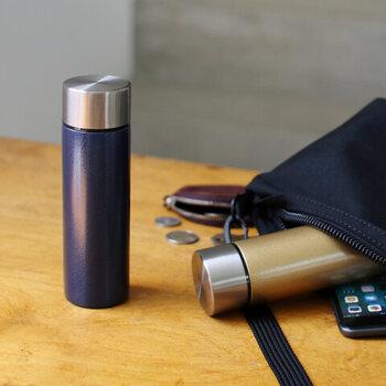 ハイセンスで実用的な雑貨のブランド「amabro(アマブロ)」のポケットボトル。容量は150mlで、コーヒーカップ約1杯分の飲み物が入るサイズ感。