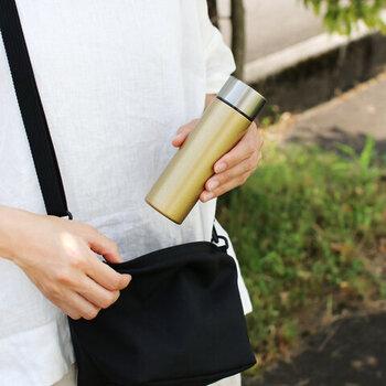 ミニボトルは高さ15㎝前後のものがほとんど。手のひらサイズでコンパクトだから、お出かけバッグに忍ばせて…なんていうことも可能。小さめバッグでも余裕で入れられます。