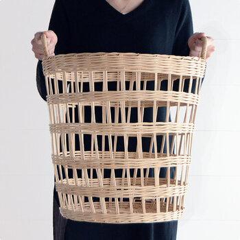 天然素材で編み上げられた、あたたかみのあるランドリーバスケット。1本の素材からできているので、タフな作りになっています。
