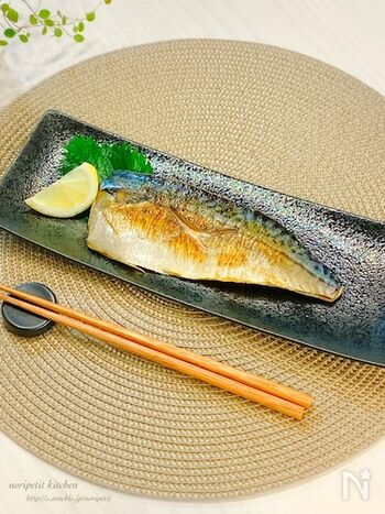 魚焼きグリルは後片付けが大変という方は、フライパンで塩鯖を焼いてみませんか?市販のクッキングシートを使えば、フライパンを汚さずに塩鯖を焼くことができますよ。