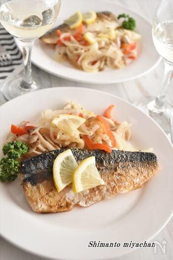 塩鯖を薄切りにした玉ねぎやパプリカなどと白ワインで蒸し焼きにすると、洋風の味わいに。和風のイメージのある塩鯖もアレンジ次第でこんなに洒落た一皿になります。