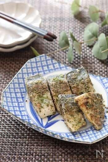 あおさとガーリックパウダーをまぶした塩鯖をオリーブオイルで焼くだけ。5分でできるお手軽レシピです。磯の香りがたまりません。